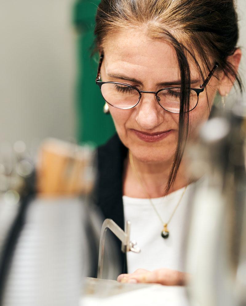 Goldschmiedin Ute Peinemann konzentriert bei der Arbeit in Northeim