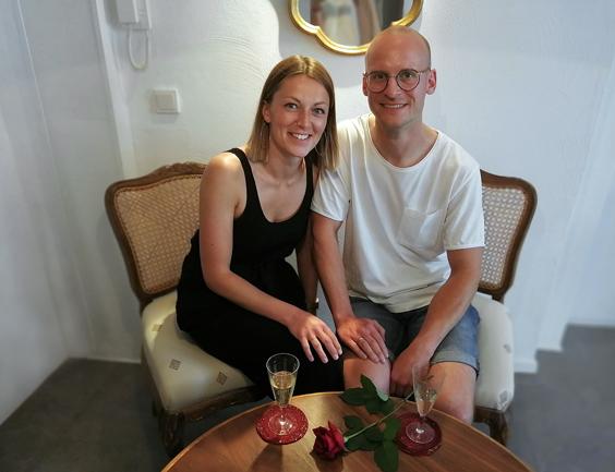 Ein Paar trinkt Sekt in der Goldschmiede Ute Peinemann vor dem Beginn des Trauring-Kurses